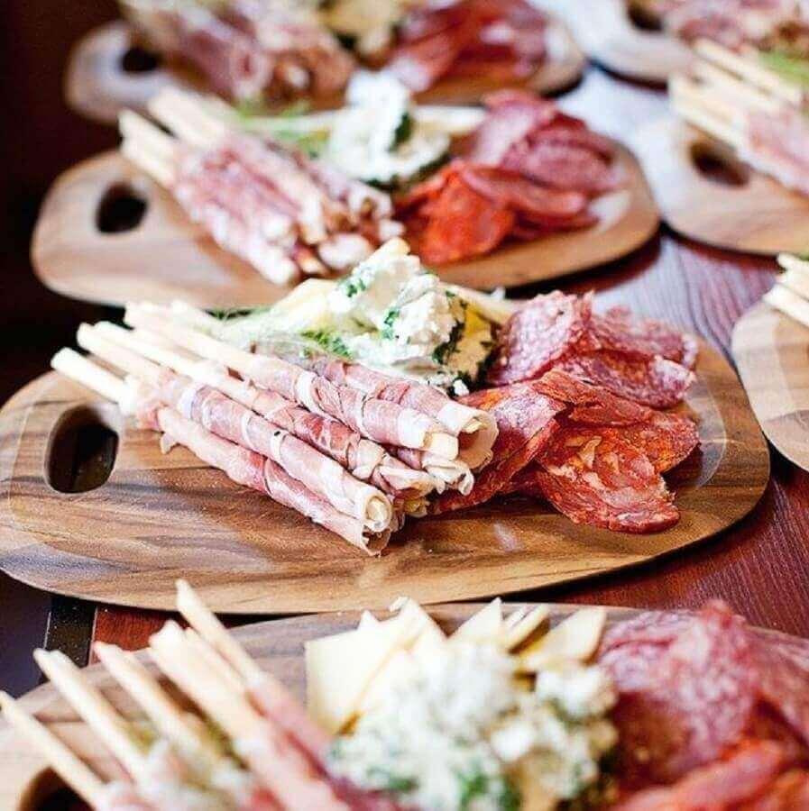 mesa de frios para festa decorada com tabuas individuais Foto Feverup