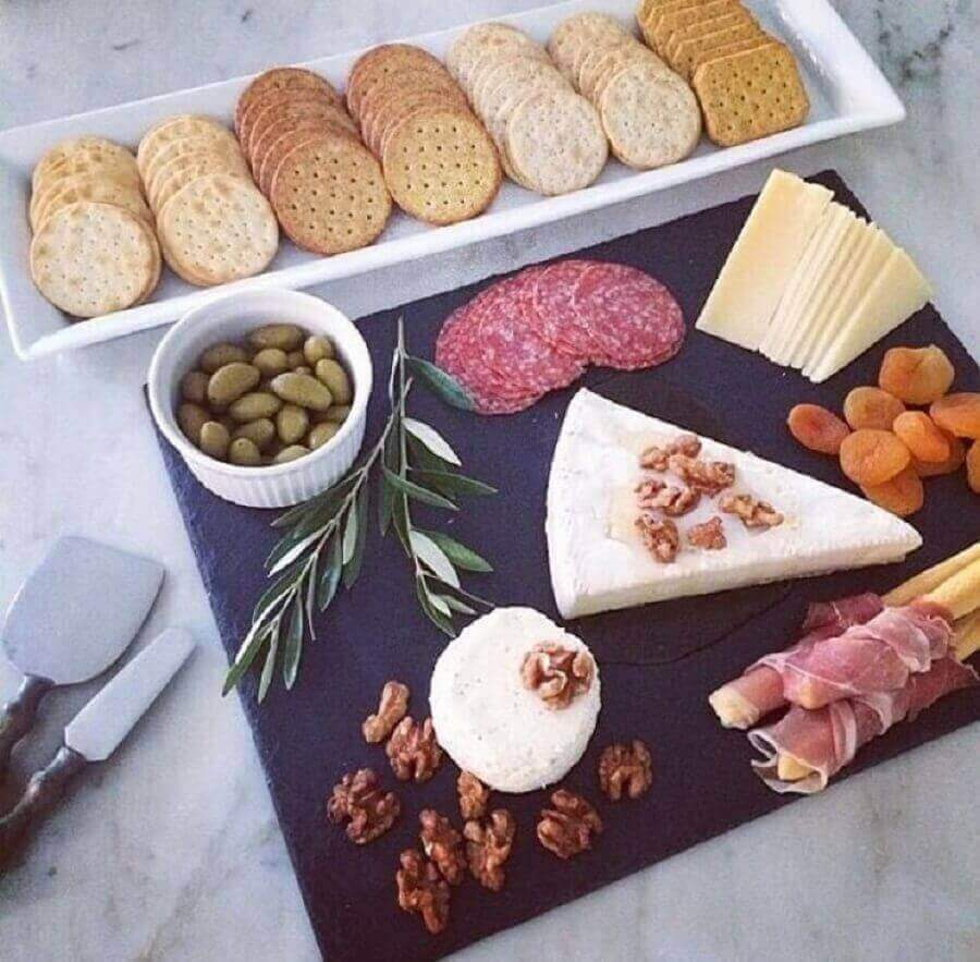 mesa de frios simples decorada com várias bolachas salgadas Foto For My Wife
