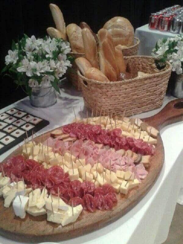 modelo de decoração para mesa de frios e pães com tábua de madeira Foto Air Freshener