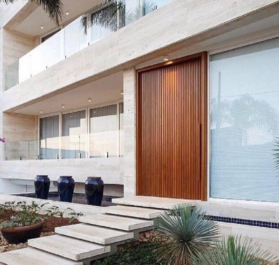 modelo de porta de entrada de madeira diferente para fachada moderna Foto Incomatelli