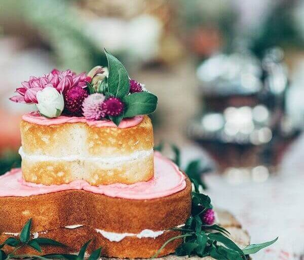 modelo rústico de bolo de noivado simples em formato de coração Foto Rock My Wedding