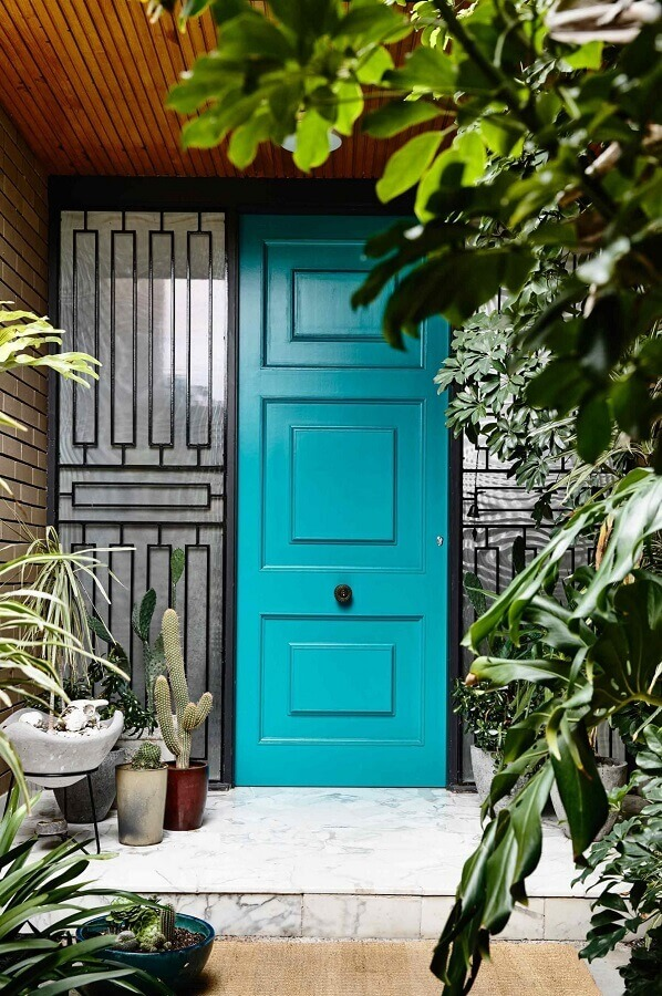 modelos de porta de entrada pintada de azul Foto Mauricio Gebara Arquitetura