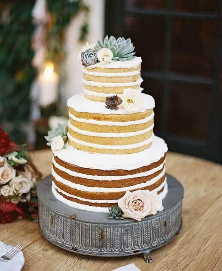 naked cake decorado com rosas e suculentas para festa de noivado simples Foto Affinity Weddings