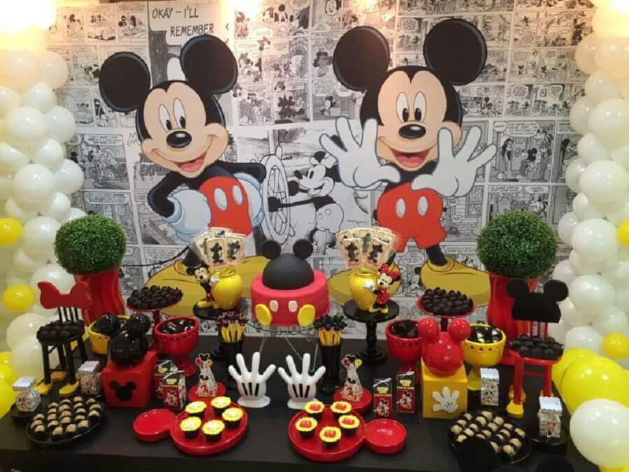 painel preto e branco para decoração de aniversário do mickey com vários docinhos personalizados Foto So1Bolinho Decorações