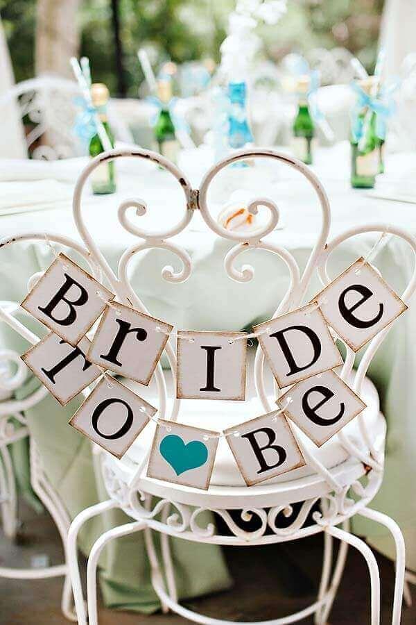 plaquinha para cadeira de noiva em noivado simples Foto Neu dekoration stile