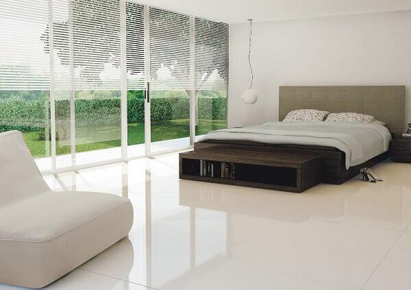 porcelanato líquido branco no quarto de casal grande
