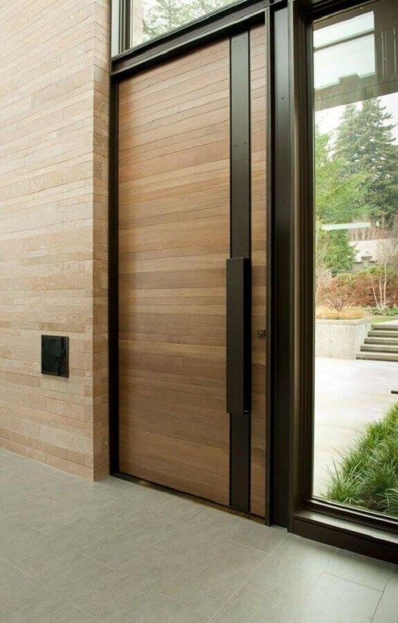 porta de entrada de madeira com detalhe em metal Foto Home Design