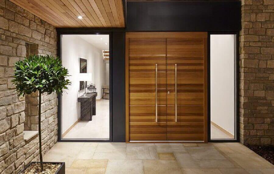 porta de entrada de madeira com duas folhas Foto Blog PraConstruir