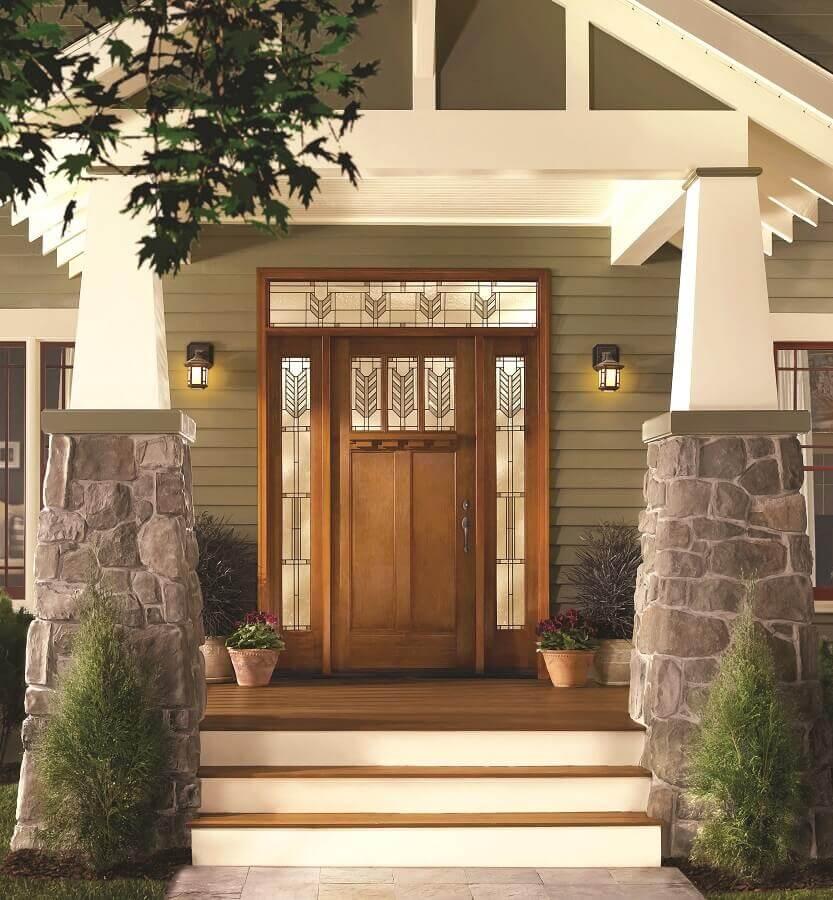 porta de entrada de madeira com laterais em vidro Foto Boise Patio Covers
