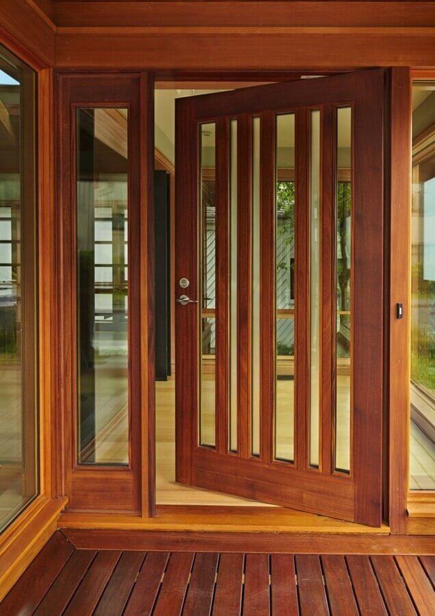 porta de entrada de madeira com partes em vidro Foto Pinterest