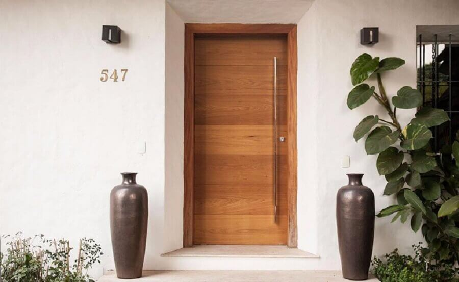 porta de entrada de madeira com puxador em inox Foto Inspirate Arquitetura