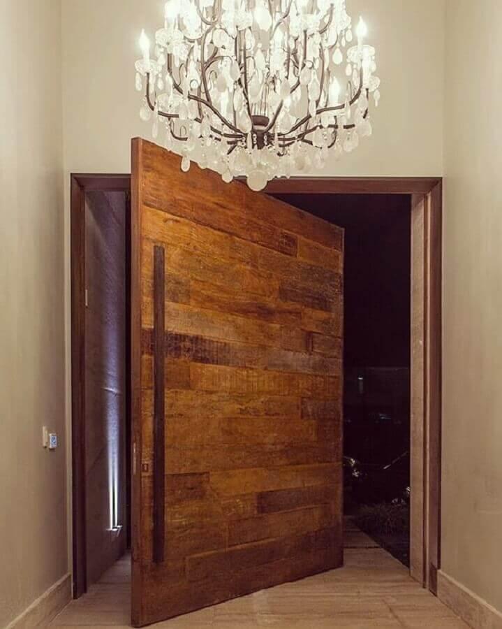 porta de entrada de madeira pivotante Foto Studio Mira Arquitetura