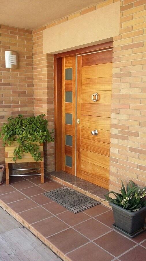 porta de entrada principal de madeira com puxador instalado no centro da porta Foto Diseno Interior