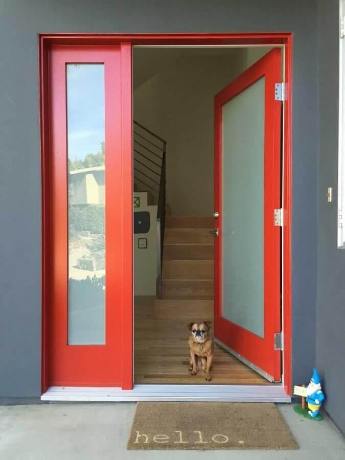 porta de entrada vermelha com capacho escrito hello Foto Door Designs