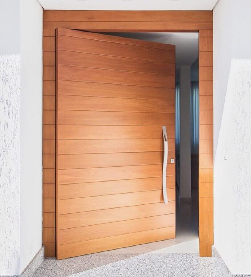 puxador com leve curvatura para porta de entrada de madeira com detalhes na horizontal Foto Madepal