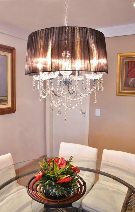 sala de jantar decorada com lustre de cristal com cúpula Foto IluminiFast