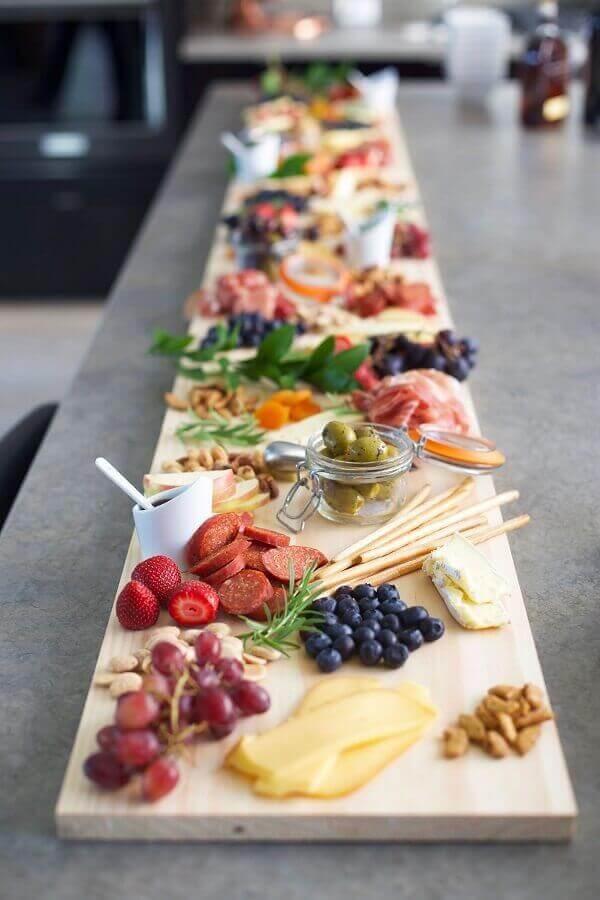 tábua de madeira para decoração de mesa de frios e frutas Foto Wedding Rings Direct