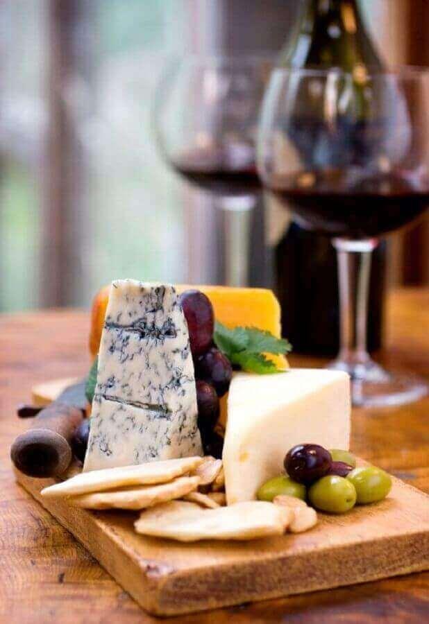 tábua de madeira pequena para decoração de mesa de frios com taças de vinho Foto li.st Archive