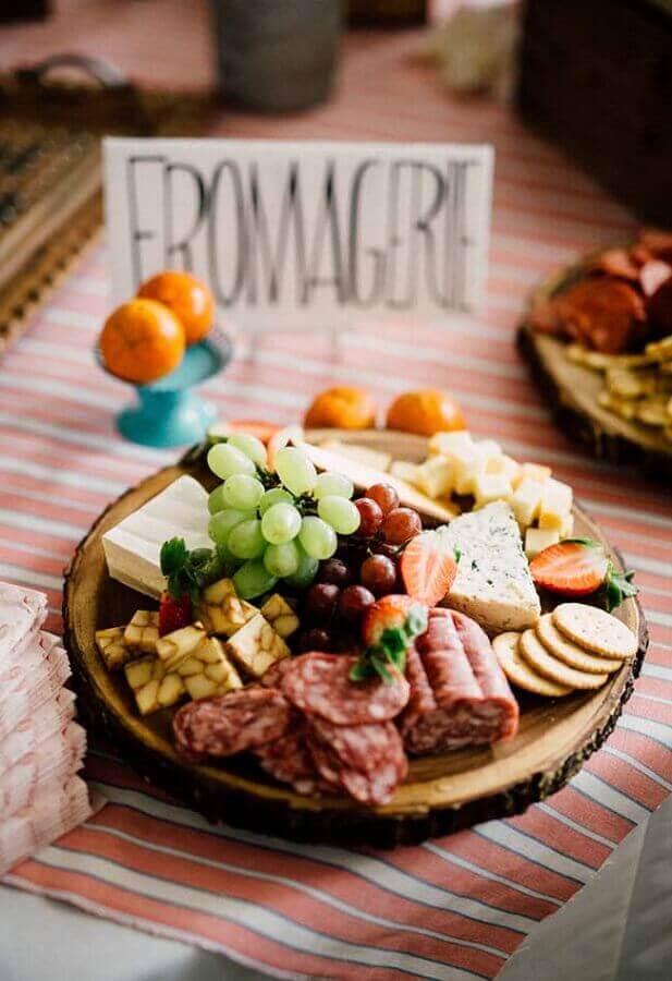 tábua de madeira rústica para mesa de frios e frutas Foto Pinosy