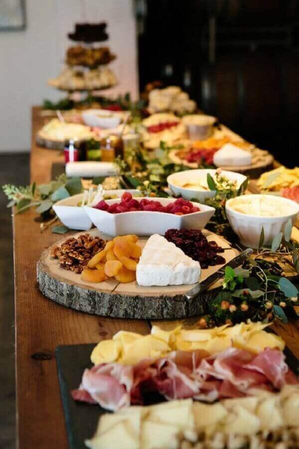 tábua rústica de madeira para decoração de mesa de frios e frutas para festa Foto Style Me Pretty