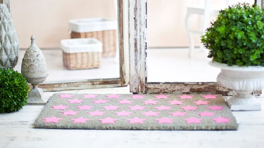 tapete para porta de entrada com estampa de estrelas cor de rosa Foto Westwing