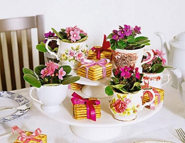 violetas decoram a mesa