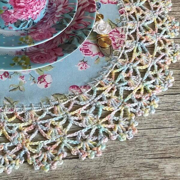 A linha mesclada traz ainda mais ousadia para essa peça de sousplat de crochê