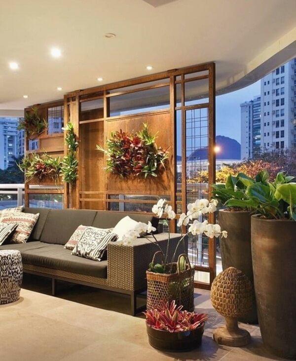 As plantas para sala decoram o painel atrás do sofá