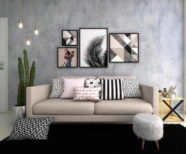 As plantas para sala podem ficar posicionadas ao lado do sofá