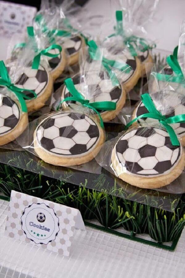 Biscoitos em formato de bola de futebol decoram a mesa e se transformam em lembrancinhas. Fonte: Pop Lembrancinhas