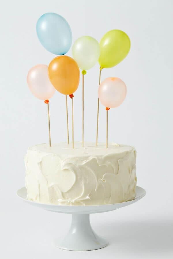 Bolo mesversario simples decorado com pequenos balões Foto Art Craft Ideas