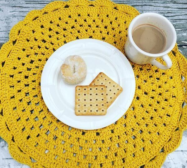 Café da manhã em grande estilo com essa peça sousplat de crochê