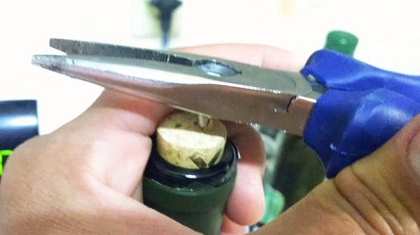 Como abrir garrafa de vinho com alicate