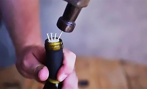 Como abrir garrafa de vinho com prego e martelo