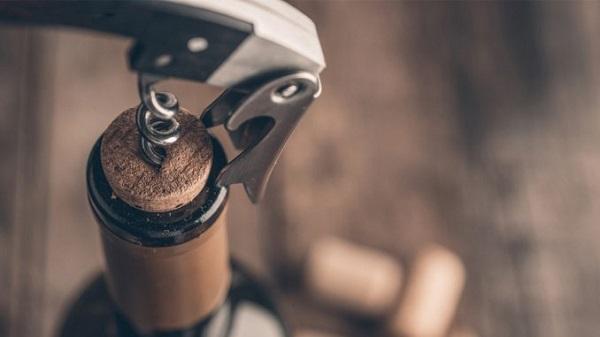 Como abrir garrafa de vinho com saca-rolhas