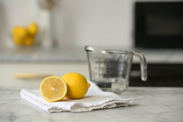 Como tirar cheiro de geladeira com limão