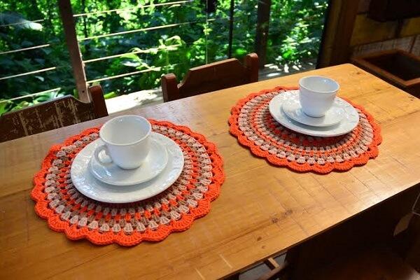 Conjunto de sousplat de crochê complementa a decoração da mesa