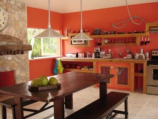 Cor salmão em cozinha rústica
