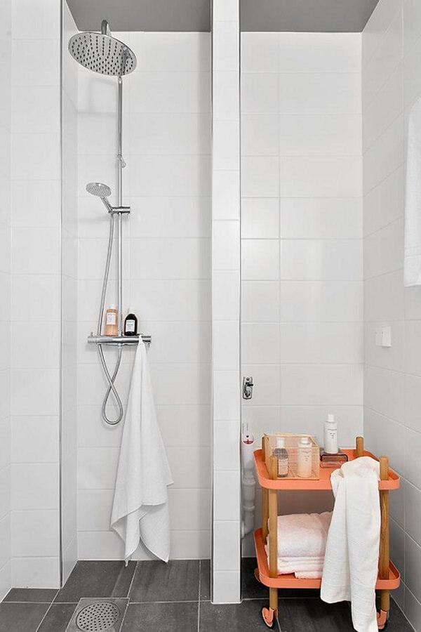 Cor salmão em móvel de banheiro clean