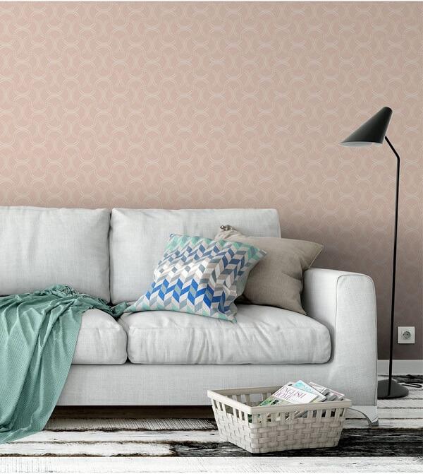 Cor salmão em papel de parede na sala com detalhes em arabescos brancos