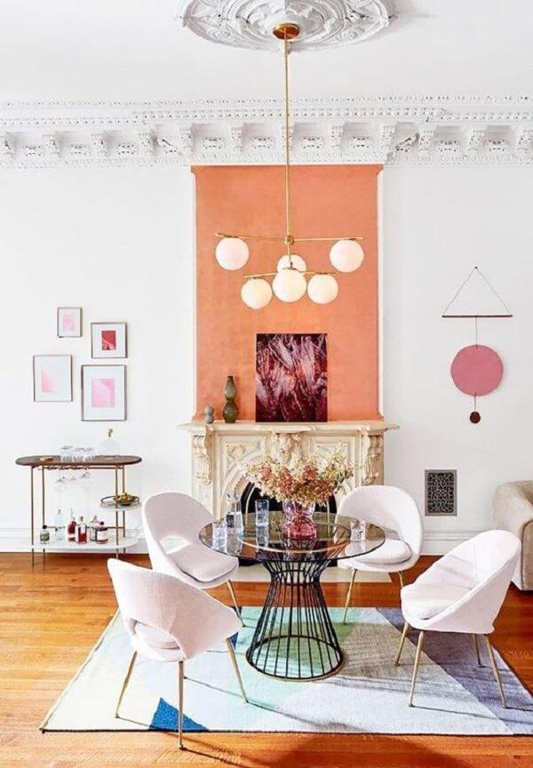 Cor salmão em sala com mesa de centro
