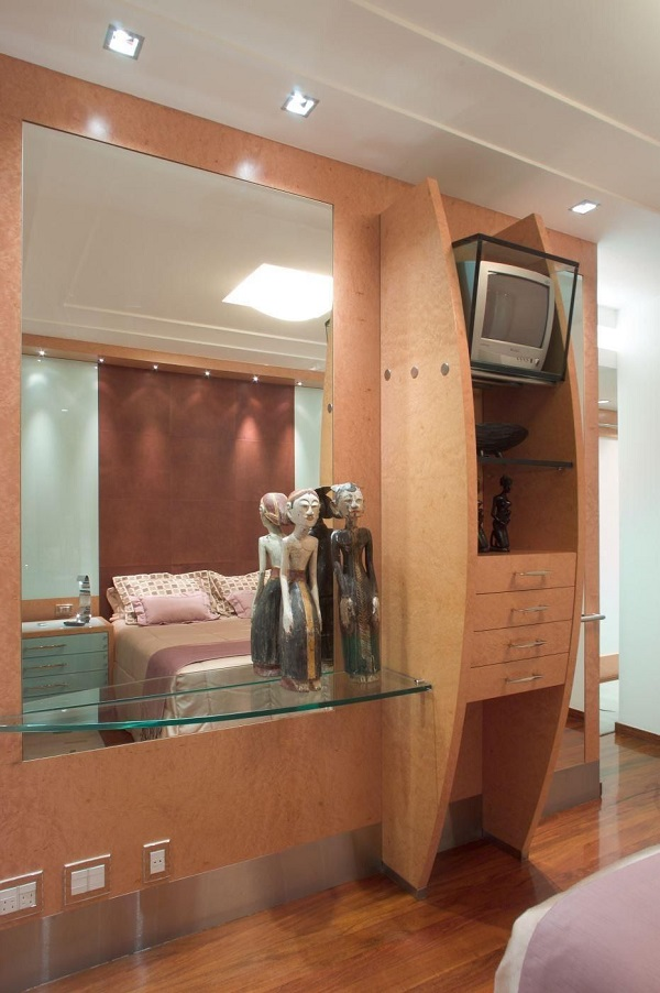 Cor salmão na estante com suporte para televisão