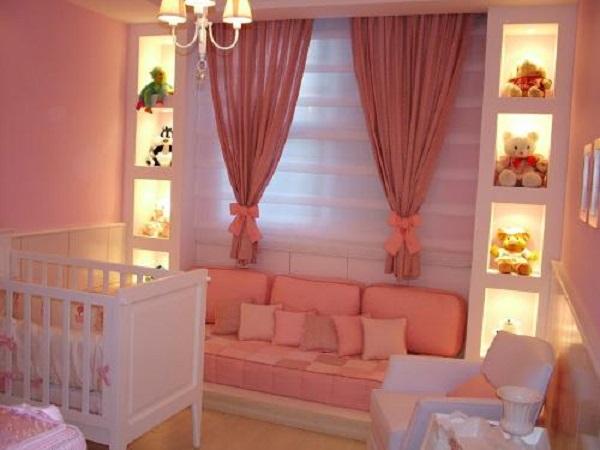 Cor salmão no quarto de bebê de menina