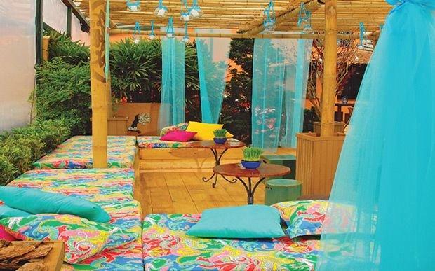 Cortinas e almofadas fazem parte da decoração festa luau