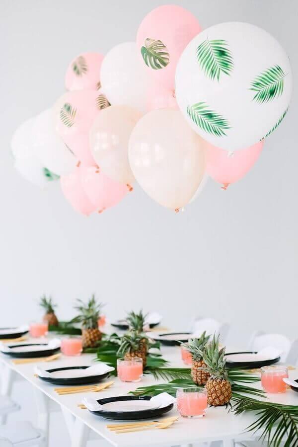 Decoração de aniversário simples com balões estampados, abacaxis e folhagens. Fonte: We Heart It