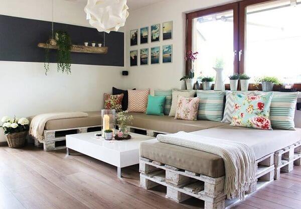 Decoração de sala simples e barata com paletes usados como base de sofá