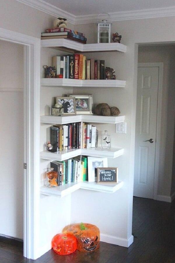 Decoração de sala simples e barata com prateleiras no canto da sala