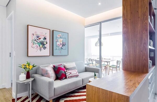 Decoração de sala simples e barata com assessórios coloridos