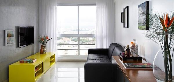 Decoração de sala simples e barata com cimento queimado na parede