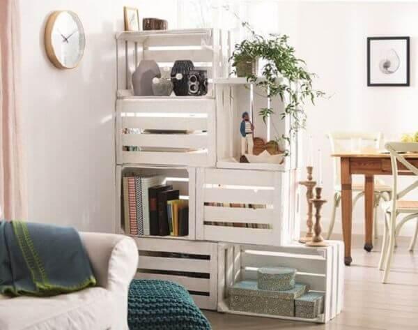 Decoração de sala simples e barata com divisórias de caixotes